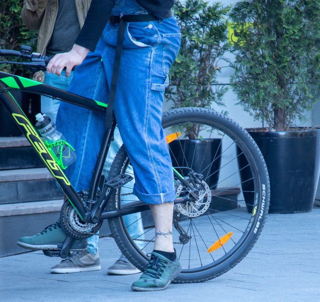Фото с тату в виде колючей проволоки в нижней части ноги парня - Уличная татуировка (Street tattoo) 05052020 – tatufoto.com 1