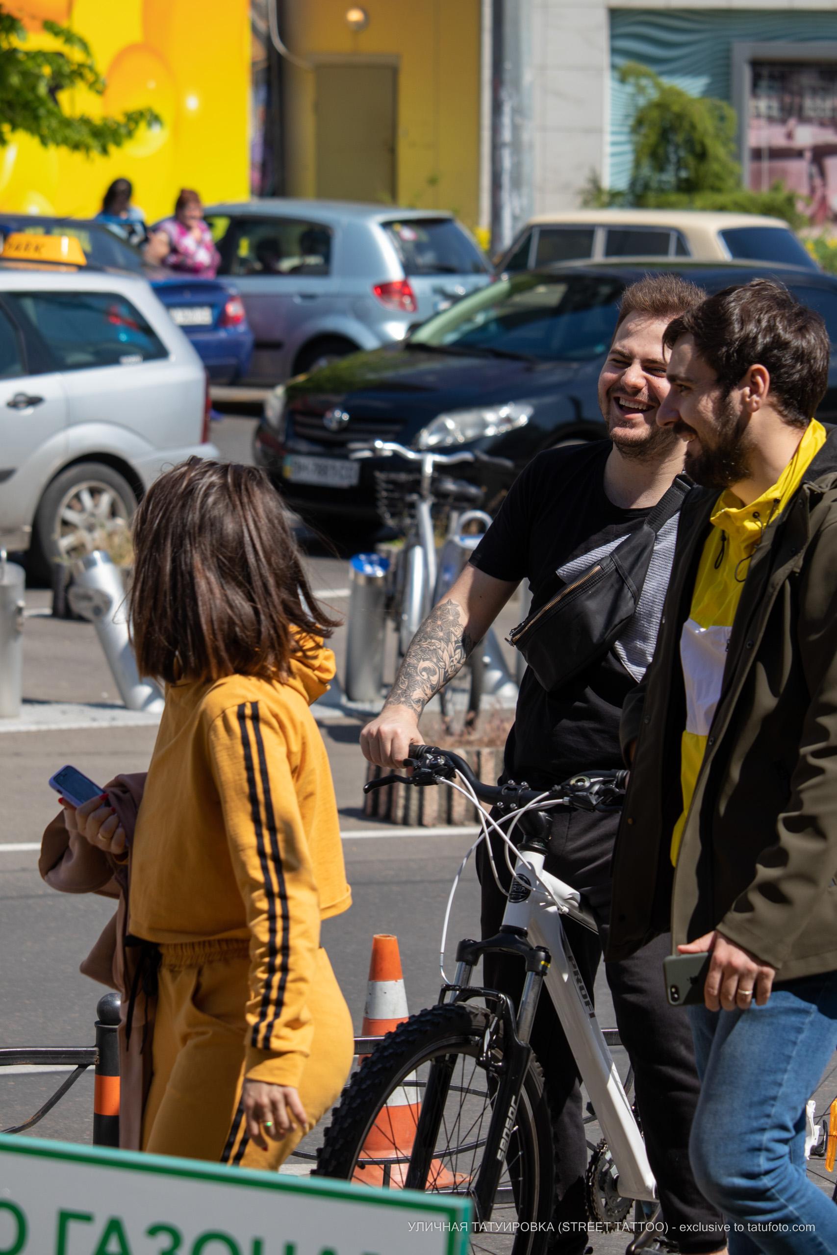 Фото татуировки с мандалой и вензелями с розой на руке у парня – 09.05.2020 - Уличная татуировка (Street tattoo) – tatufoto.com 1