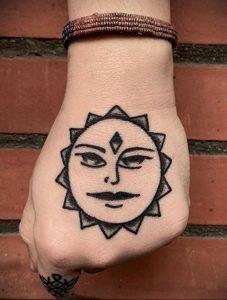 Фото татуировки с солнцем 02.05.2020 №083 -sun tattoo- tatufoto.com