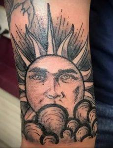 Фото татуировки с солнцем 02.05.2020 №128 -sun tattoo- tatufoto.com