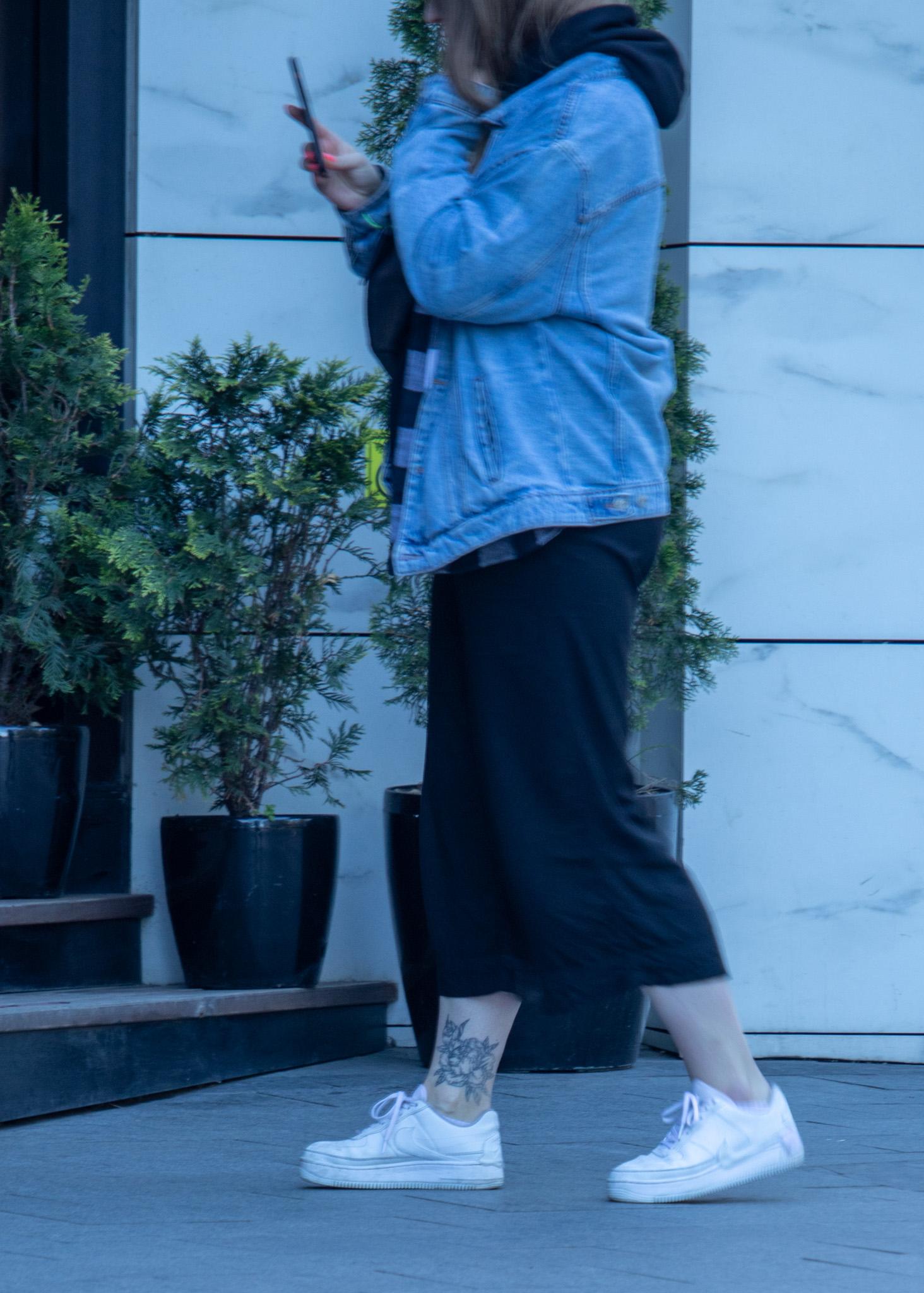 Фото татуировки с хризантемой контуром в нижней части ноги девушки – Уличная татуировка (Street tattoo) 05052020 – tatufoto.com 3