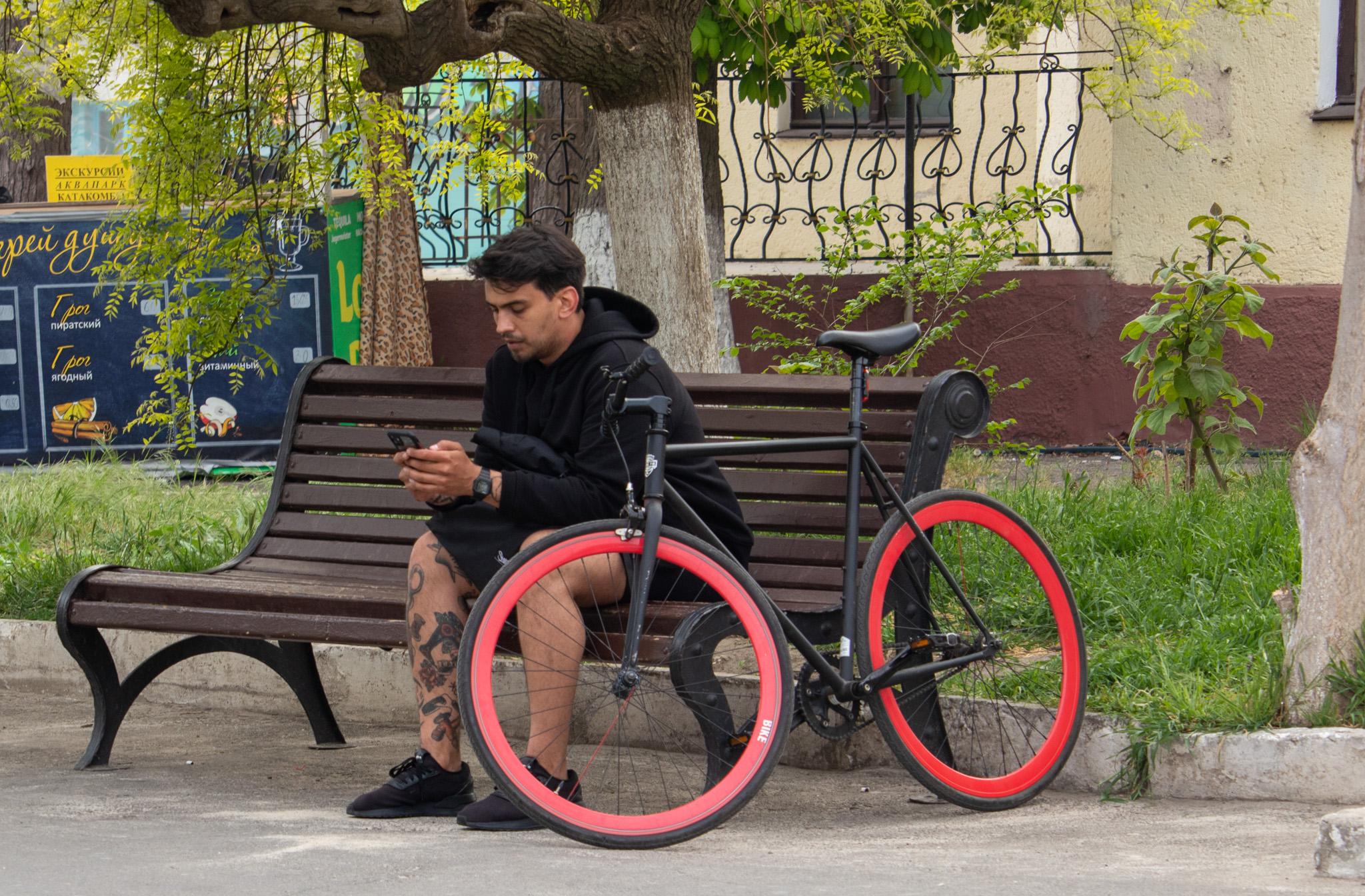 Фото тату со швейной машинкой и катушкой ниток в нижней части ноги парня – 05052020 – tatufoto.com 1