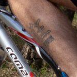 Фото тату с иероглифами на левой ноге мужчины – 09.05.2020 - Уличная татуировка (Street tattoo) – tatufoto.com 2