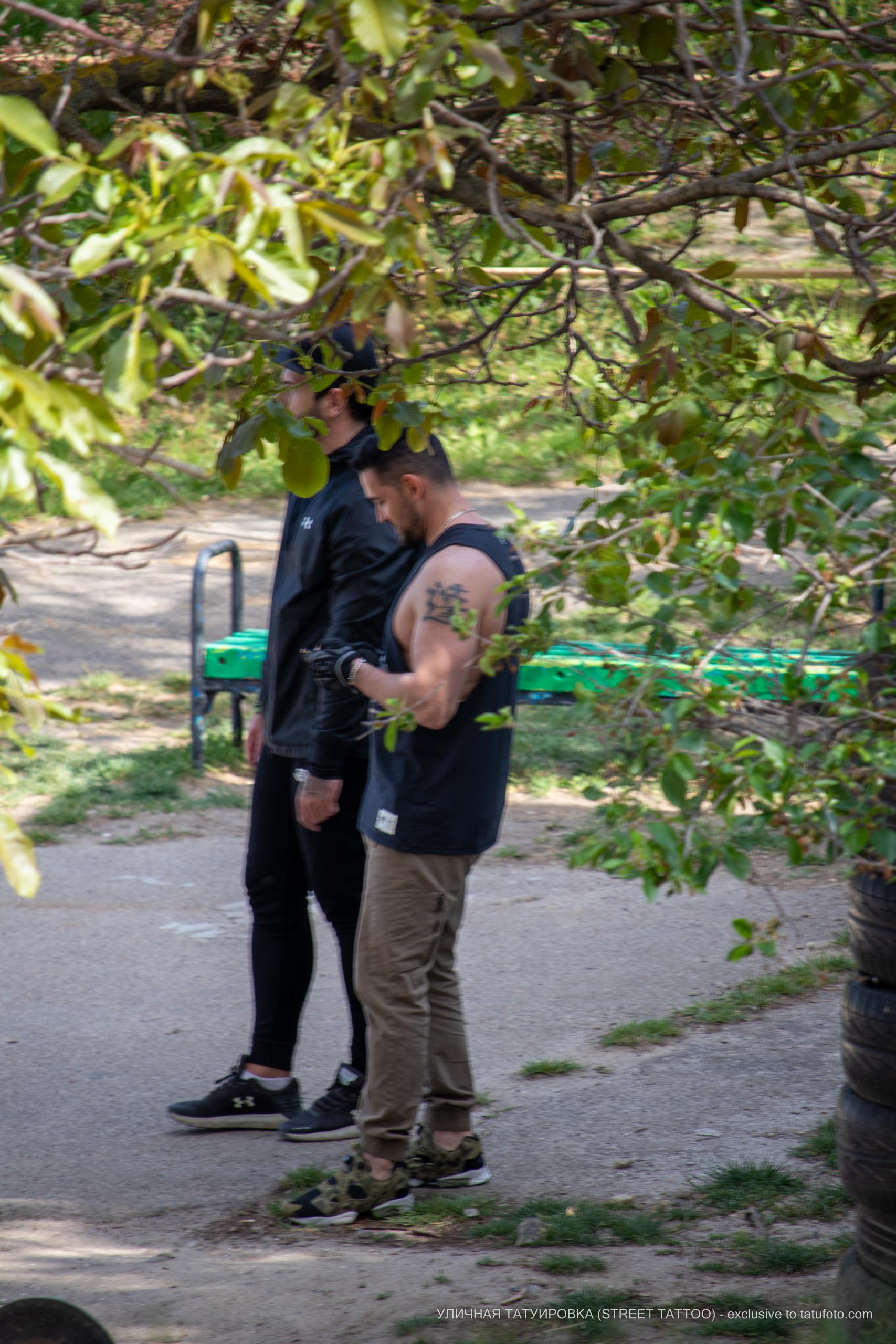 Фото тату с иероглифом на левом плече у парня – 09.05.2020 - Уличная татуировка (Street tattoo) – tatufoto.com 4
