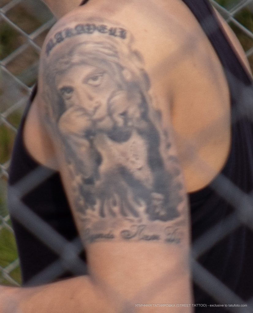 Фото тату с портретом на левом плече парня – 09.05.2020 - Уличная татуировка (Street tattoo) – tatufoto.com 4