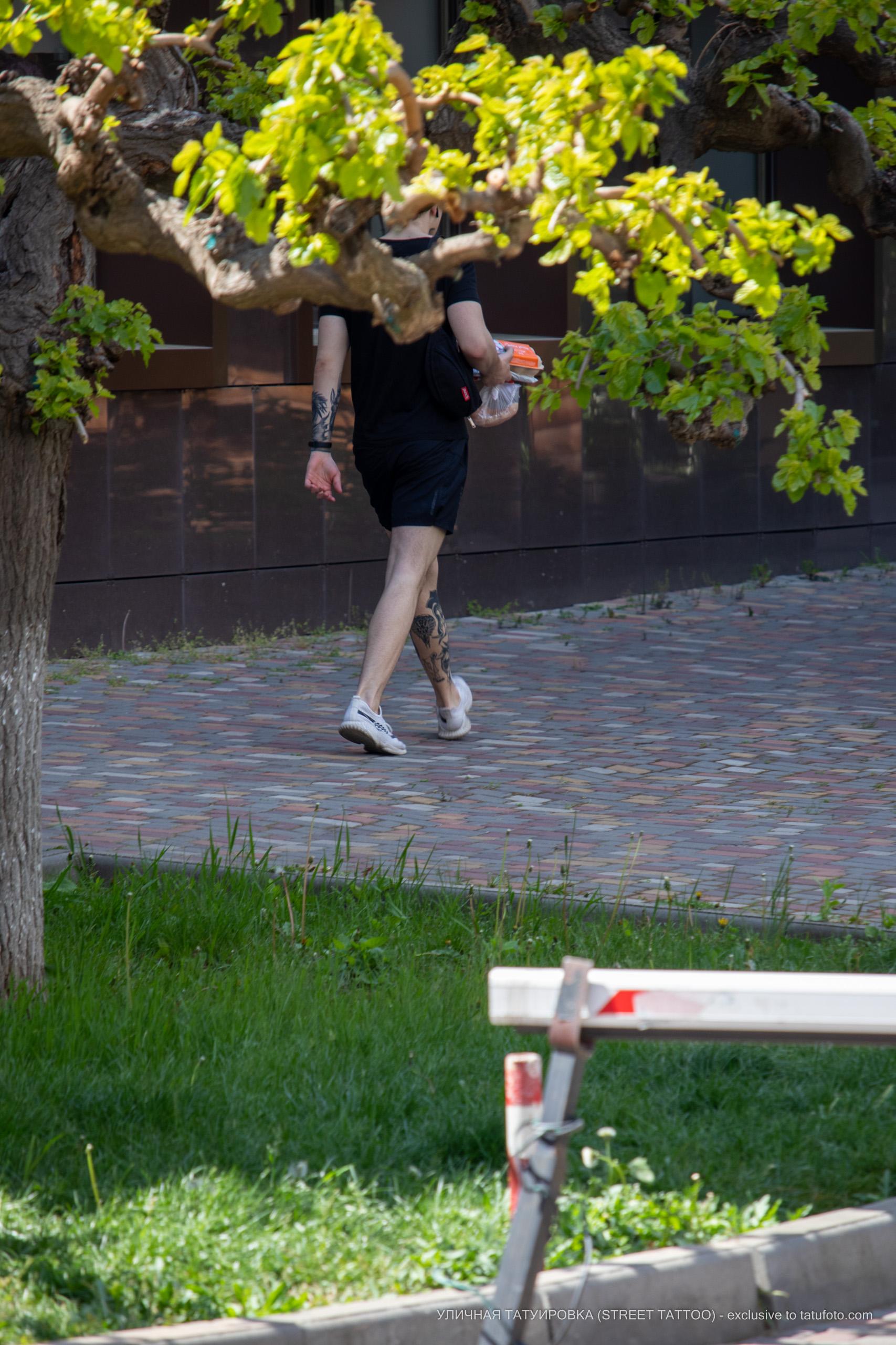 Фото хендпоук тату на ноге парня с коброй и приведением – 09.05.2020 - Уличная татуировка (Street tattoo) – tatufoto.com 3