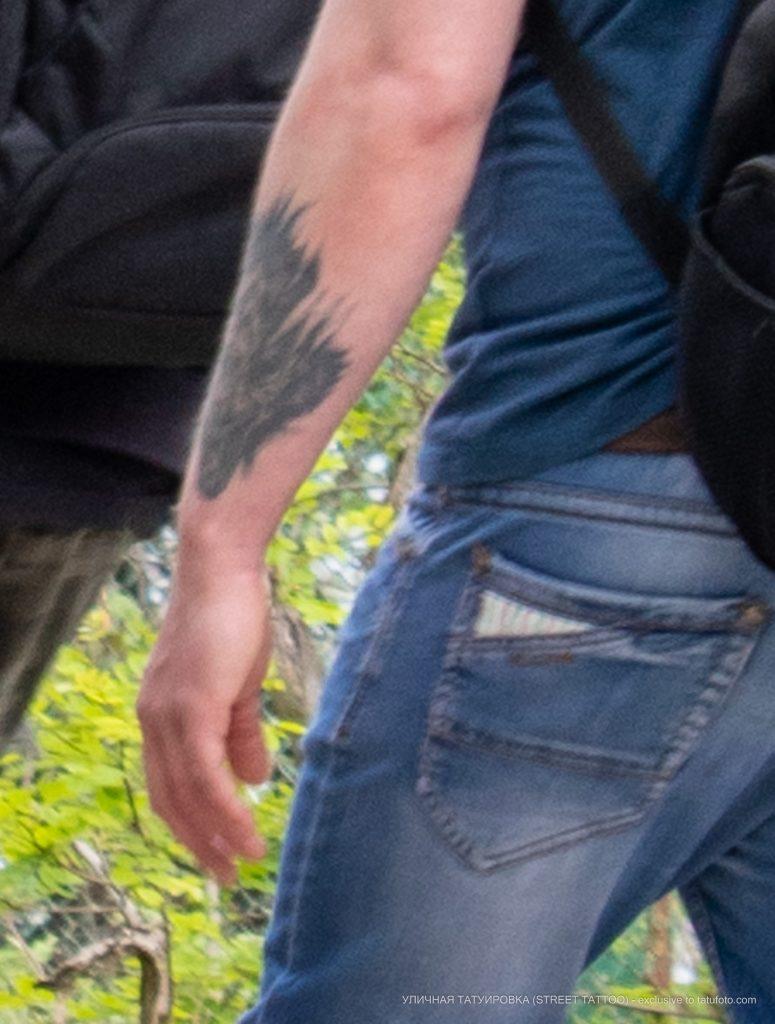 Фрагмент татуировки на запястье левой руки мужчины – 09.05.2020 - Уличная татуировка (Street tattoo) – tatufoto.com 2