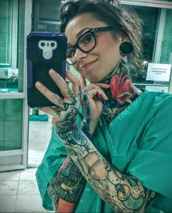 @carolinefullcolour – медработник с татуировкой – фото для tatufoto.com 52