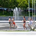 Дети играют и обливаются у фонтана возле пляжа – Уличная татуировка (Street tattoo) № 04 – 12.06.2020 для tatufoto.com 1