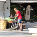 Мужчина на самокате везет три других самоката – Уличная татуировка (street tattoo) № 06 – 18.06.2020 – tatufoto.com 2