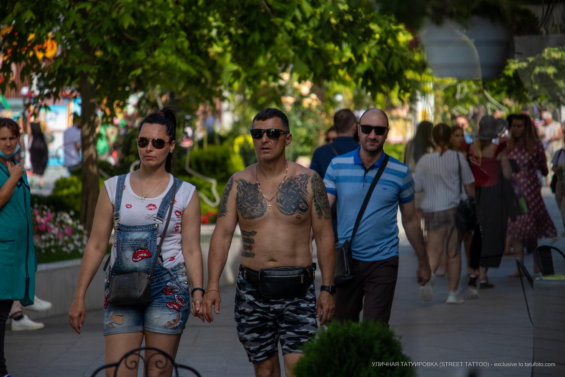 Мужчина с тату в верхней части тела – тату для велосипедиста - Уличная татуировка (street tattoo) № 06 – 18.06.2020 – tatufoto.com 5