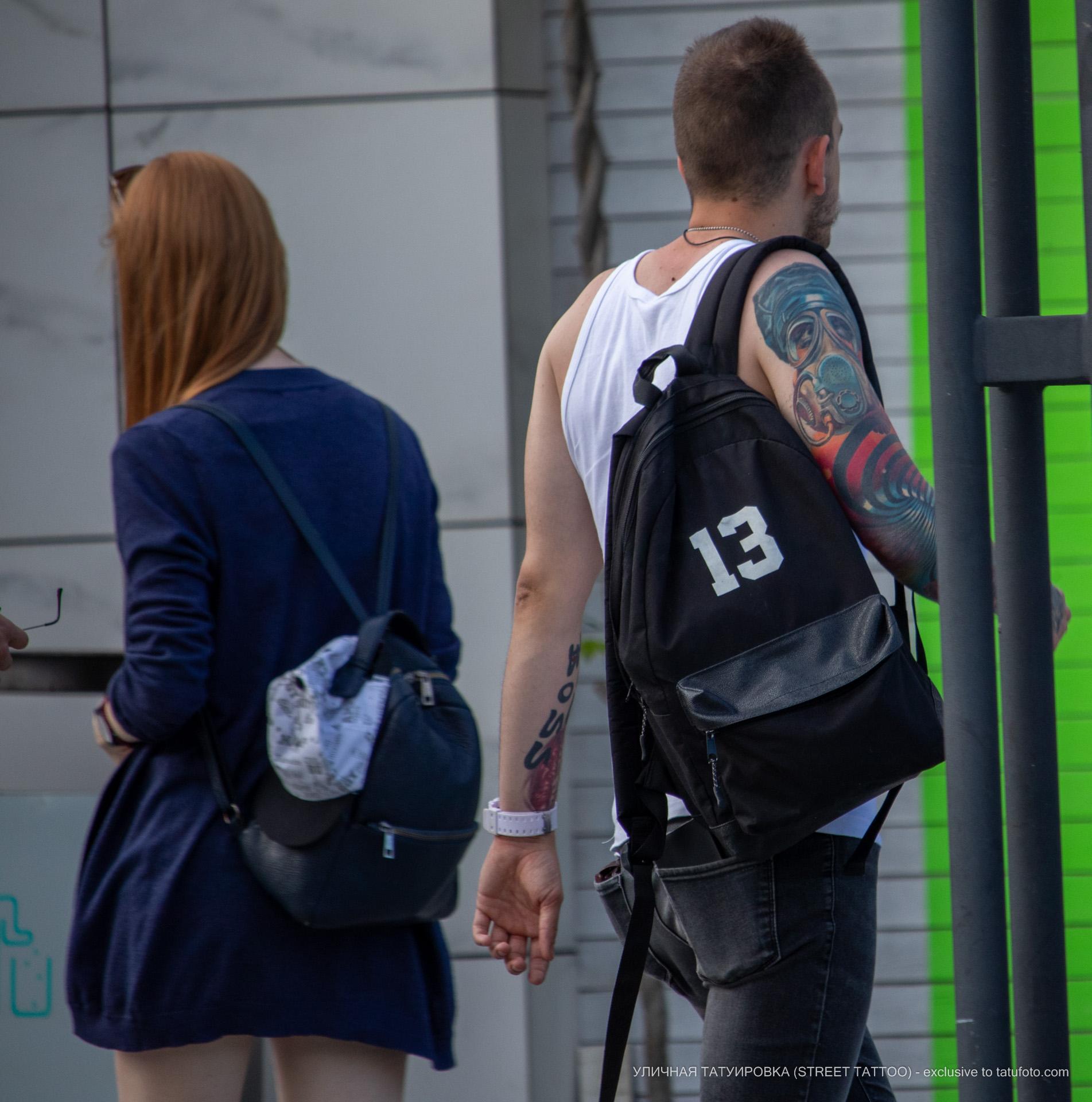 Парень на улице с красивыми тату на руках - Уличная татуировка (street tattoo) № 06 – 18.06.2020 – tatufoto.com 3