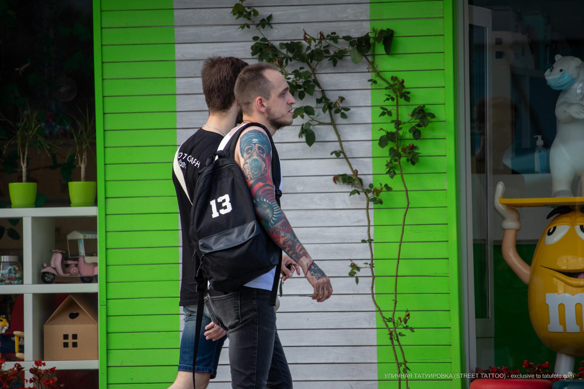 Парень на улице с красивыми тату на руках - Уличная татуировка (street tattoo) № 06 – 18.06.2020 – tatufoto.com 6