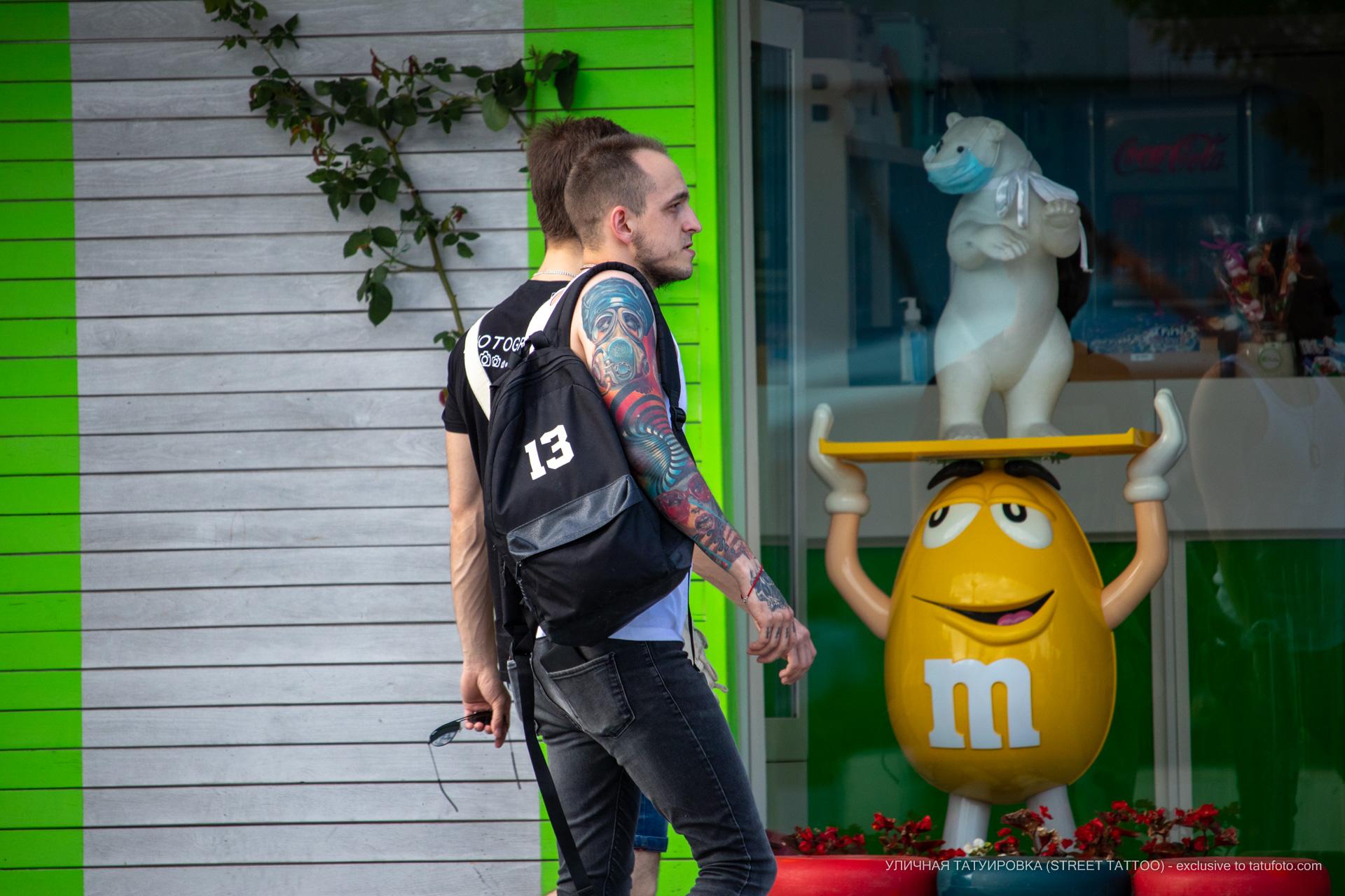 Парень на улице с красивыми тату на руках - Уличная татуировка (street tattoo) № 06 – 18.06.2020 – tatufoto.com 7