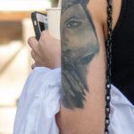 Татуировка с красивым портретом на левом плече девушки – Уличная татуировка (Street tattoo) № 05 – 15.06.2020 для tatufoto.com 3