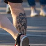 Татуировка с мордой питбультерьреа и надпись Si vis pacem para bellum – хочешь мира готовься к войне 5