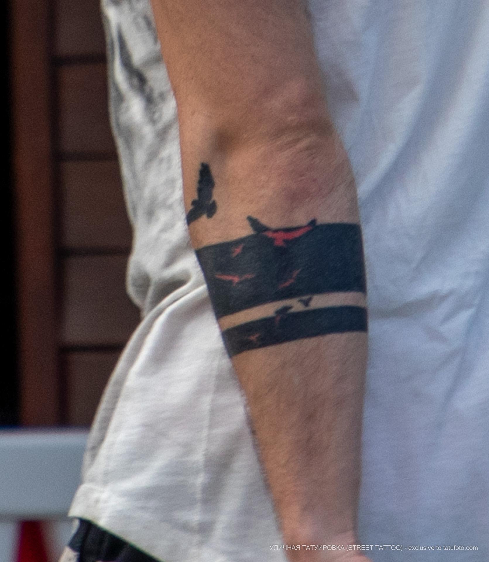 Татуировка с птицами и линиями браслетом на руке парня – Уличная татуировка (street tattoo) № 06 – 18.06.2020 – tatufoto.com 2