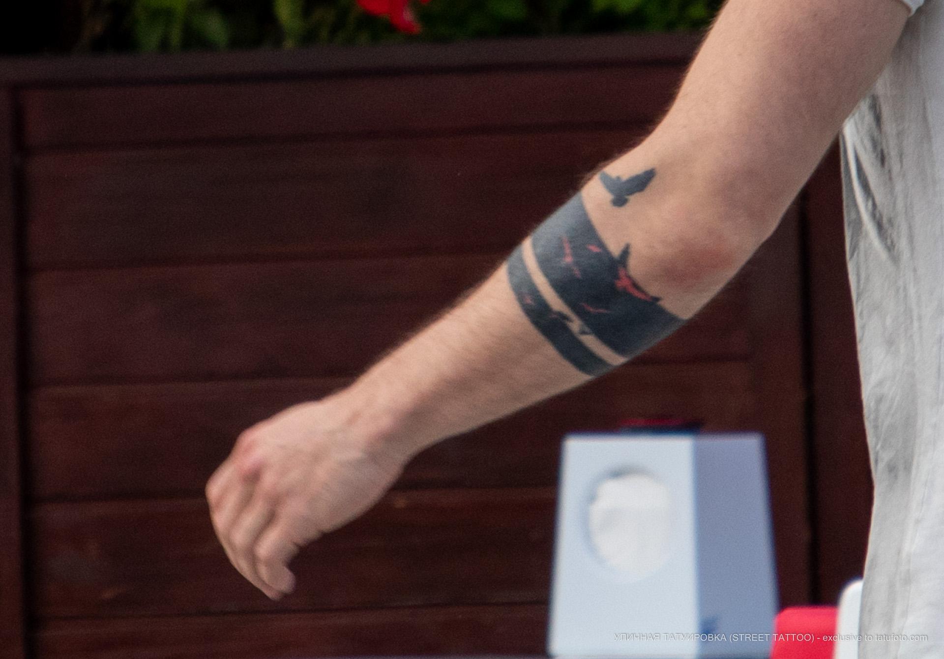 Татуировка с птицами и линиями браслетом на руке парня – Уличная татуировка (street tattoo) № 06 – 18.06.2020 – tatufoto.com 3