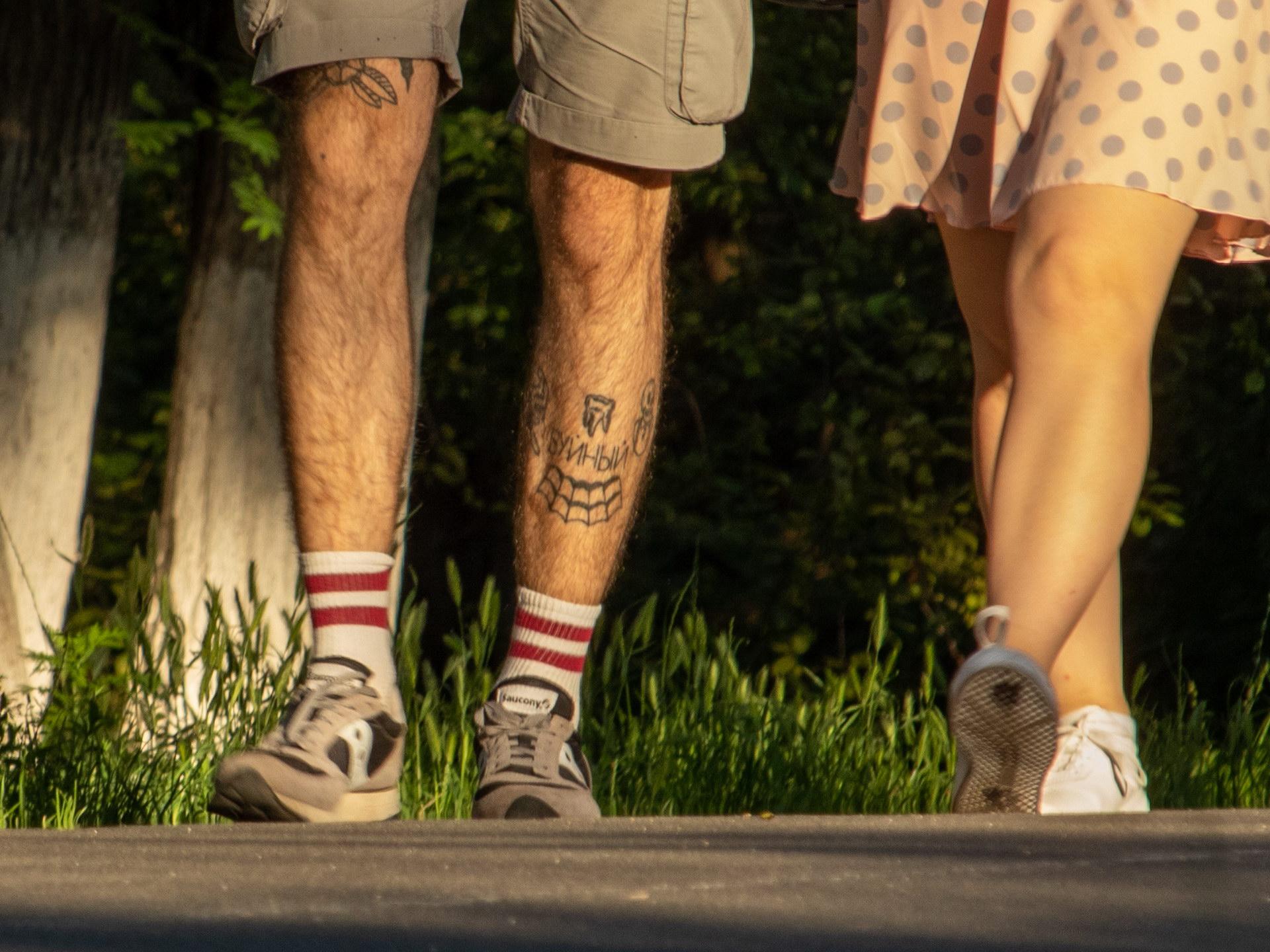 Тату зуб и надпись БУЙНЫЙ на ноге парня - street tattoo № 07 – 24.06.2020 – tatufoto.com 3