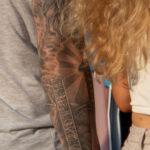 Тату надпись БУДЬ ВЕРЕН СВОИМ СЛОВАМ и меч воина – Уличная татуировка (street tattoo) № 06 – 18.06.2020 – tatufoto.com 6