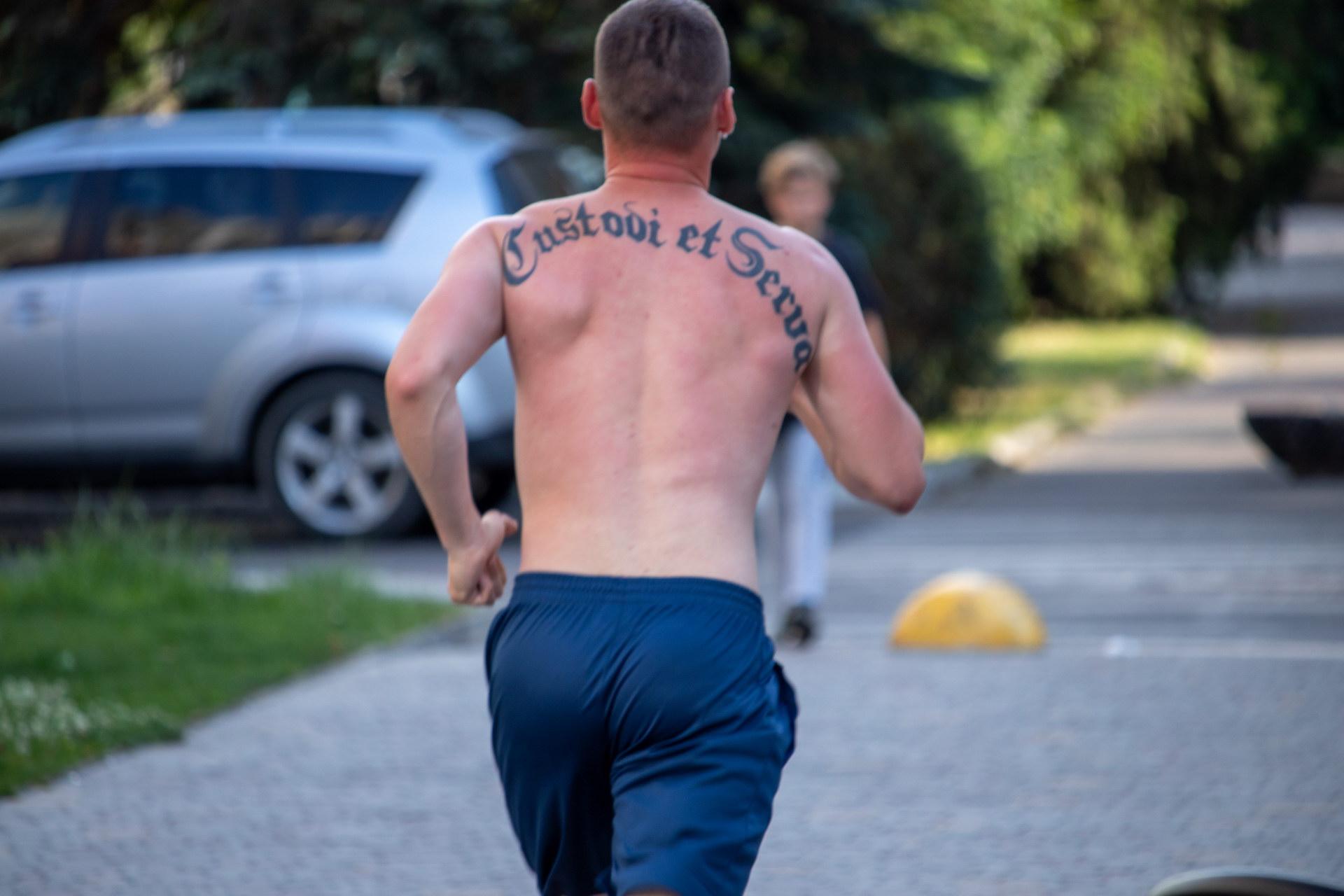 Тату надпись на спине парня Custodi et serva – спаси и сохрани на латыни - street tattoo № 07 – 24.06.2020 – tatufoto.com 1