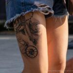Тату на бедре девушки с часами – цветами и револьвером – Уличная татуировка (Street tattoo) № 05 – 15.06.2020 для tatufoto.com 1