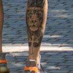 Тату со львом в короне и крест на ноге парня – Уличная татуировка (Street tattoo) № 04 – 12.06.2020 для tatufoto.com 3