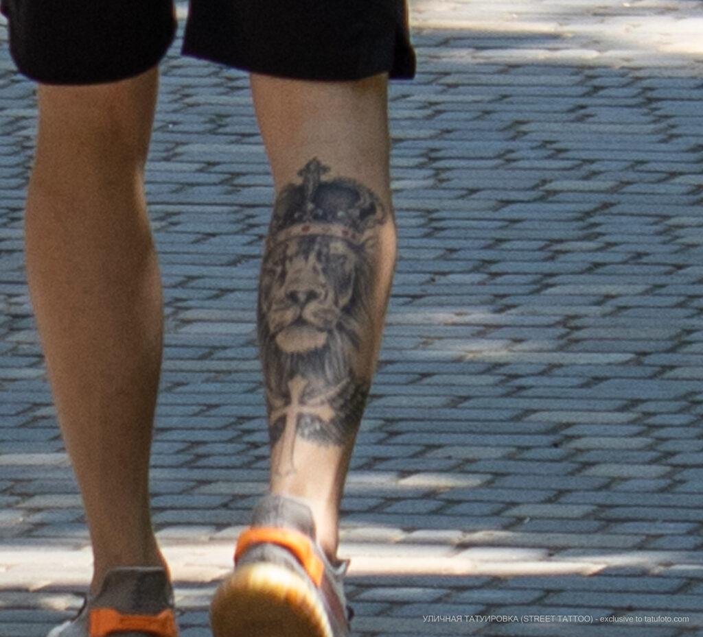 Тату со львом в короне и крест на ноге парня – Уличная татуировка (Street tattoo) № 04 – 12.06.2020 для tatufoto.com 4