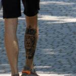 Тату со львом в короне и крест на ноге парня – Уличная татуировка (Street tattoo) № 04 – 12.06.2020 для tatufoto.com 5
