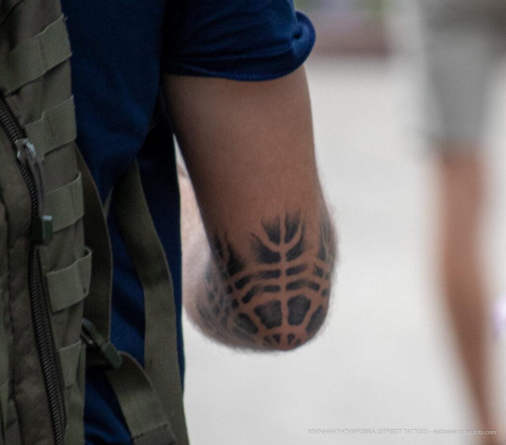 Тату со светлой паутиной на локте парня – Уличная татуировка (Street tattoo) № 05 – 15.06.2020 для tatufoto.com 4