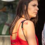 Тату с красной золотой рыбкой на правом плече девушки – Уличная татуировка (Street tattoo) № 05 – 15.06.2020 для tatufoto.com 5