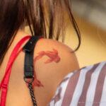 Тату с красной золотой рыбкой на правом плече девушки – Уличная татуировка (Street tattoo) № 05 – 15.06.2020 для tatufoto.com 7