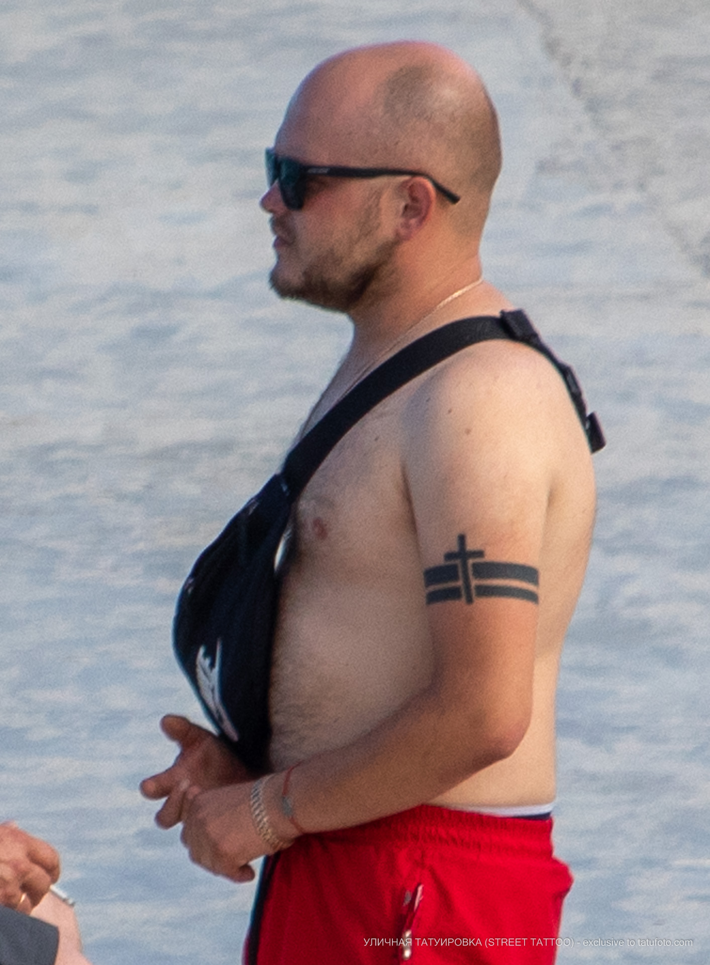 Тату с крестом и линиями на руке мужчины браслетом - Уличная татуировка (street tattoo) № 06 – 18.06.2020 – tatufoto.com 2