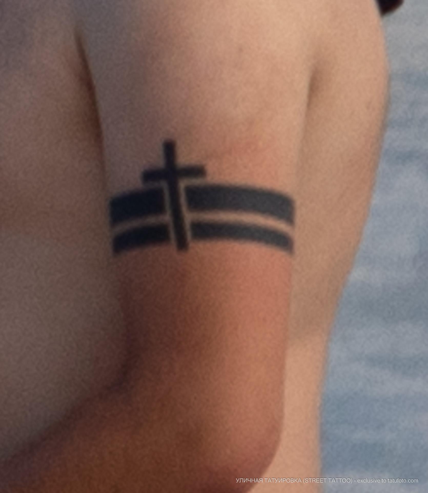 Тату с крестом и линиями на руке мужчины браслетом - Уличная татуировка (street tattoo) № 06 – 18.06.2020 – tatufoto.com 3