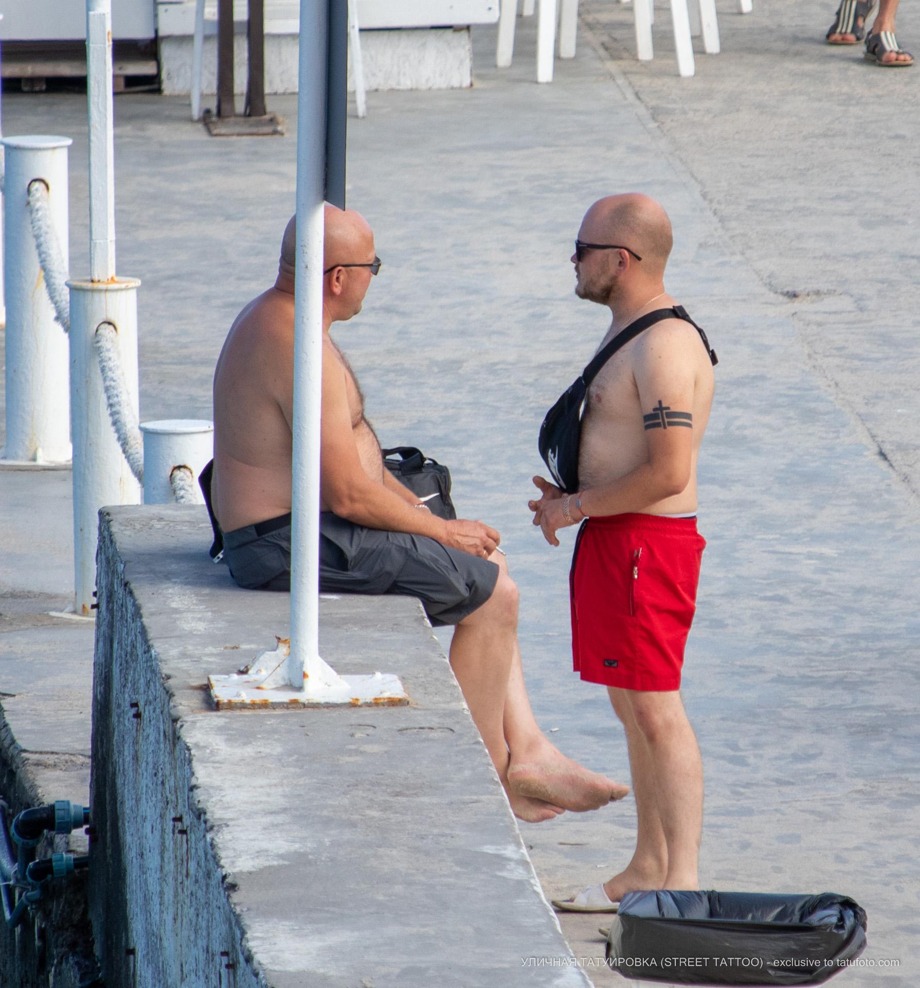 Тату с крестом и линиями на руке мужчины браслетом - Уличная татуировка (street tattoo) № 06 – 18.06.2020 – tatufoto.com 4