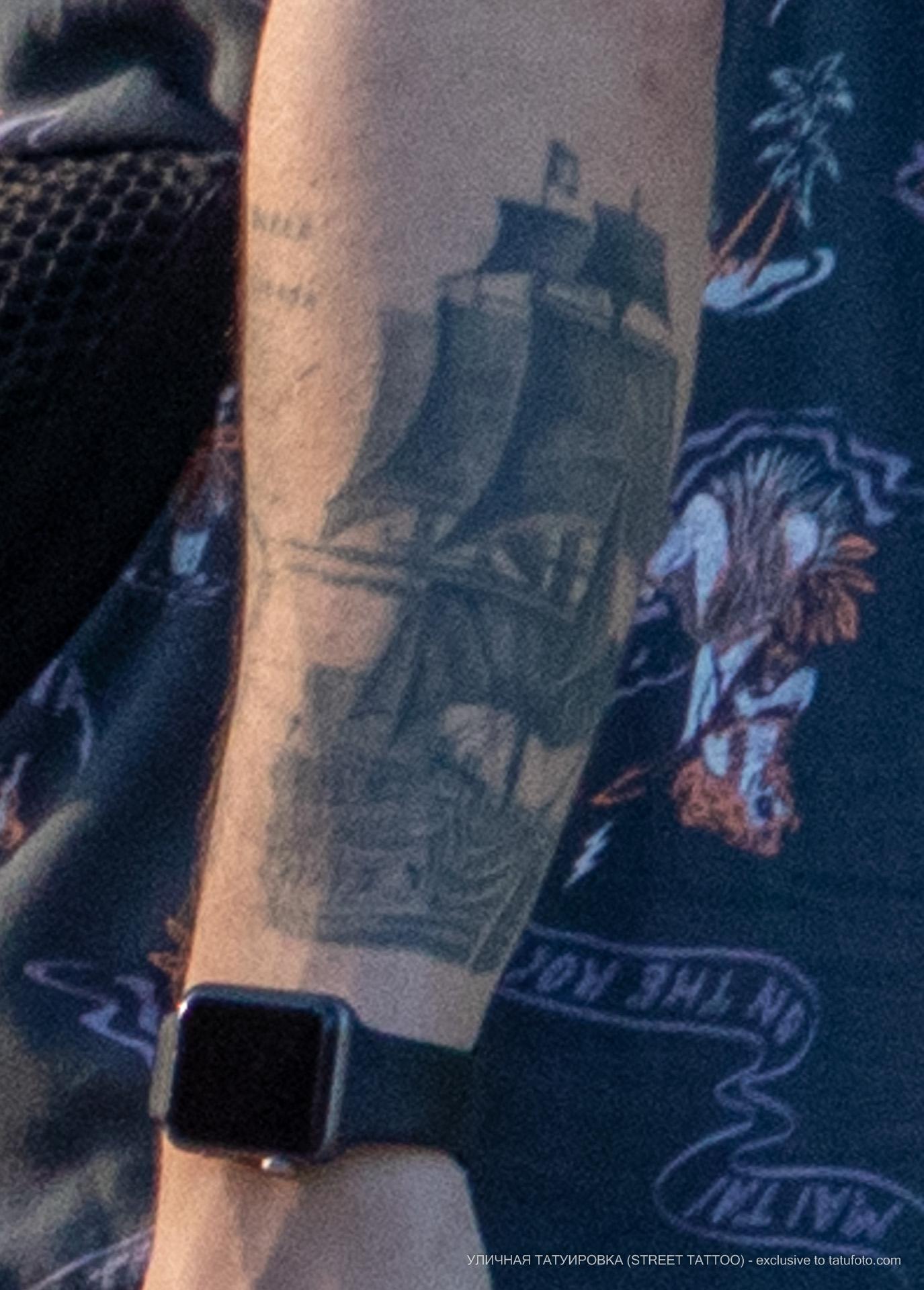 Тату с парусником на руке парня – Уличная татуировка (street tattoo) № 06 – 18.06.2020 – tatufoto.com 2