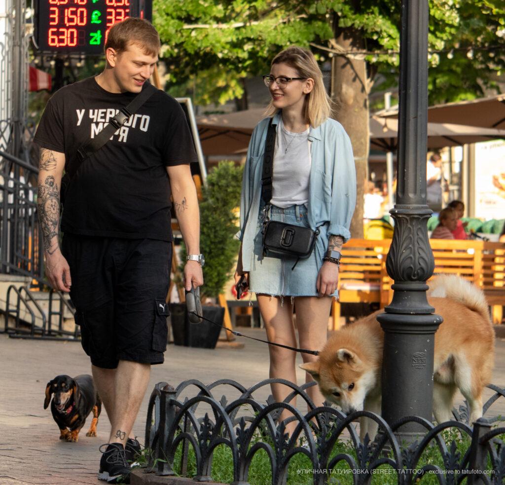 Тату с собакой которая дает пять хозяину – Уличная татуировка (Street tattoo) № 05 – 15.06.2020 для tatufoto.com 1