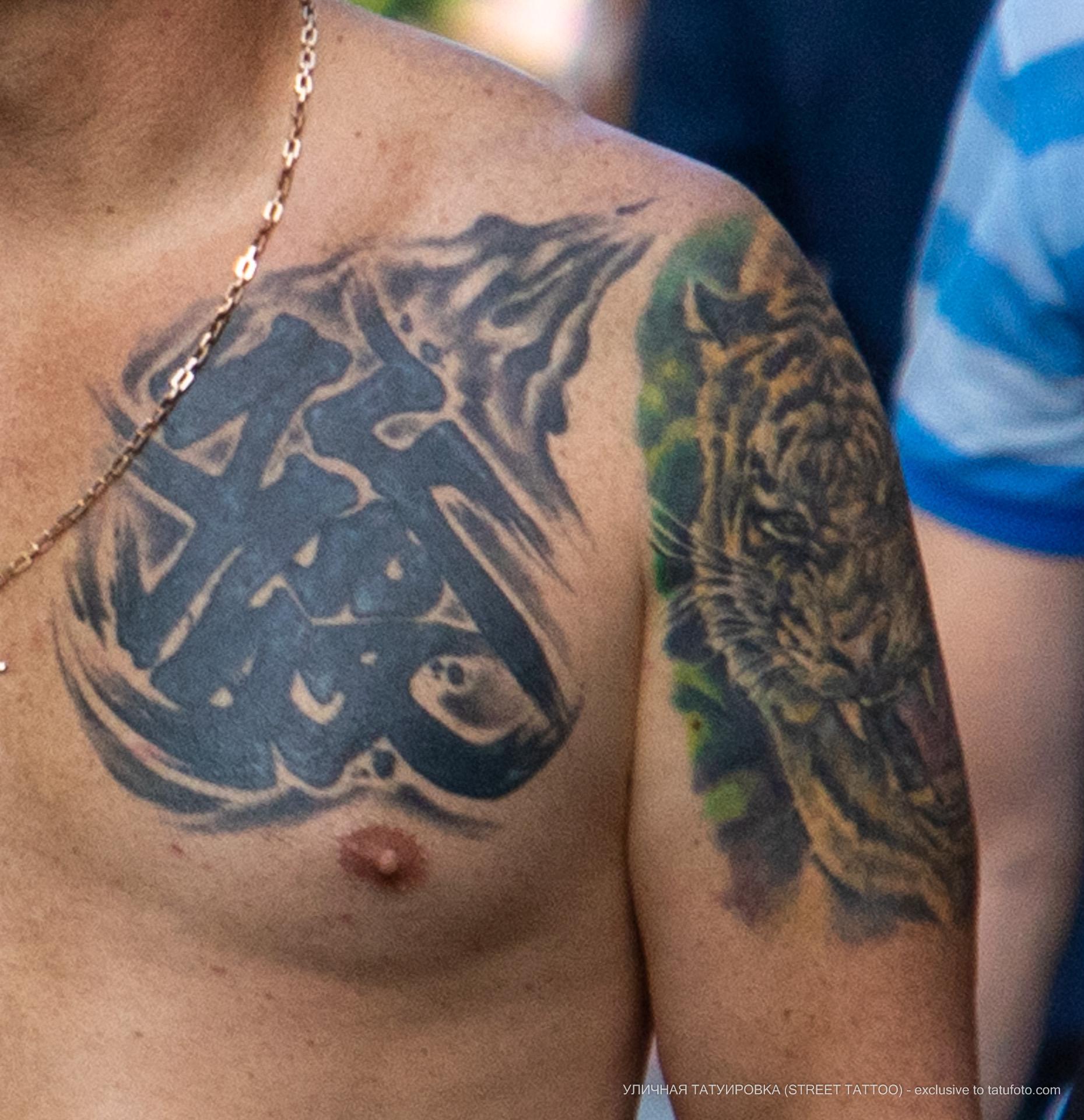 Тату с узорами на левой части груди мужчины - Уличная татуировка (street tattoo) № 06 – 18.06.2020 – tatufoto.com
