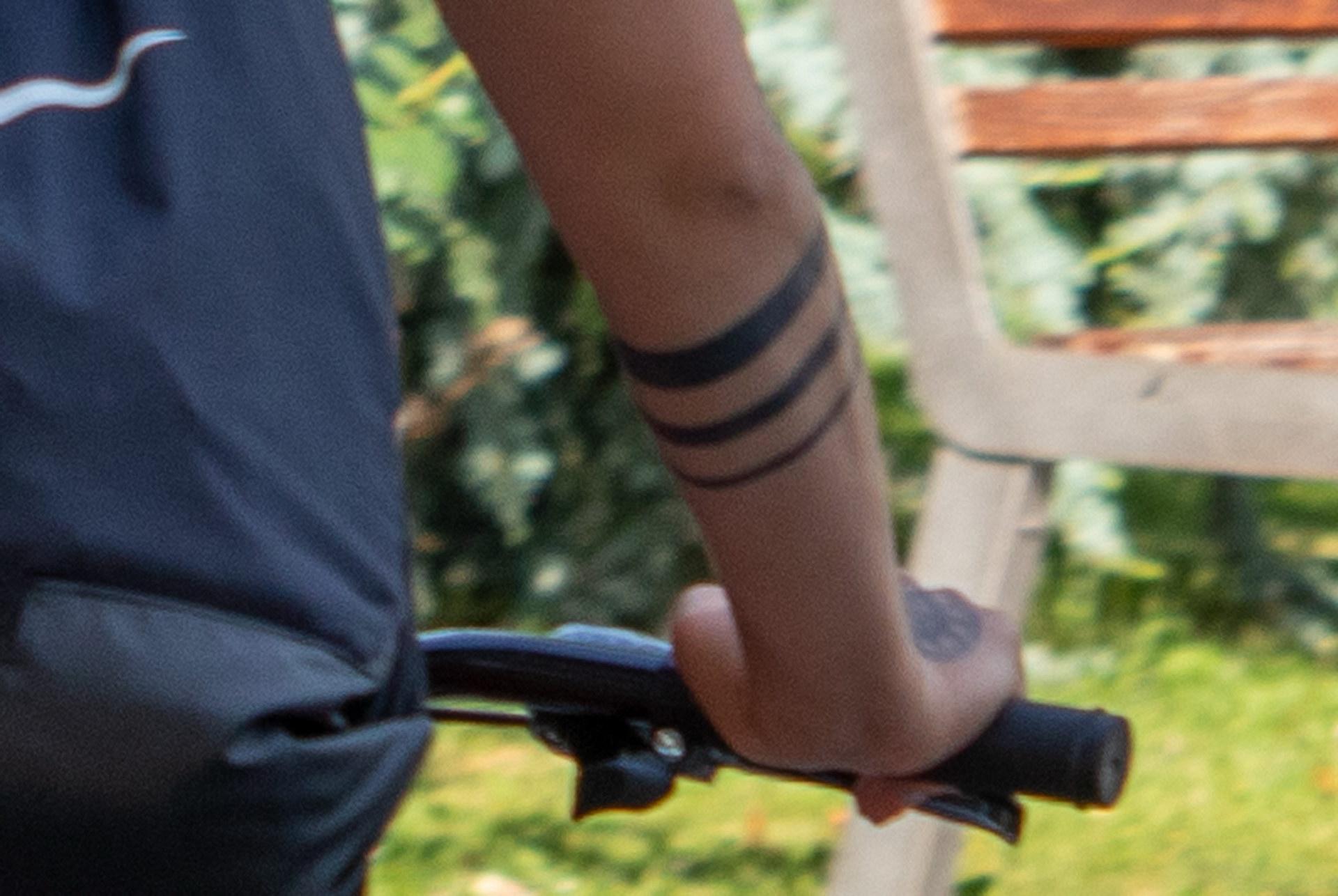 Тату три полоски на руке девушки на велосипеде - street tattoo № 07 – 24.06.2020 – tatufoto.com 3