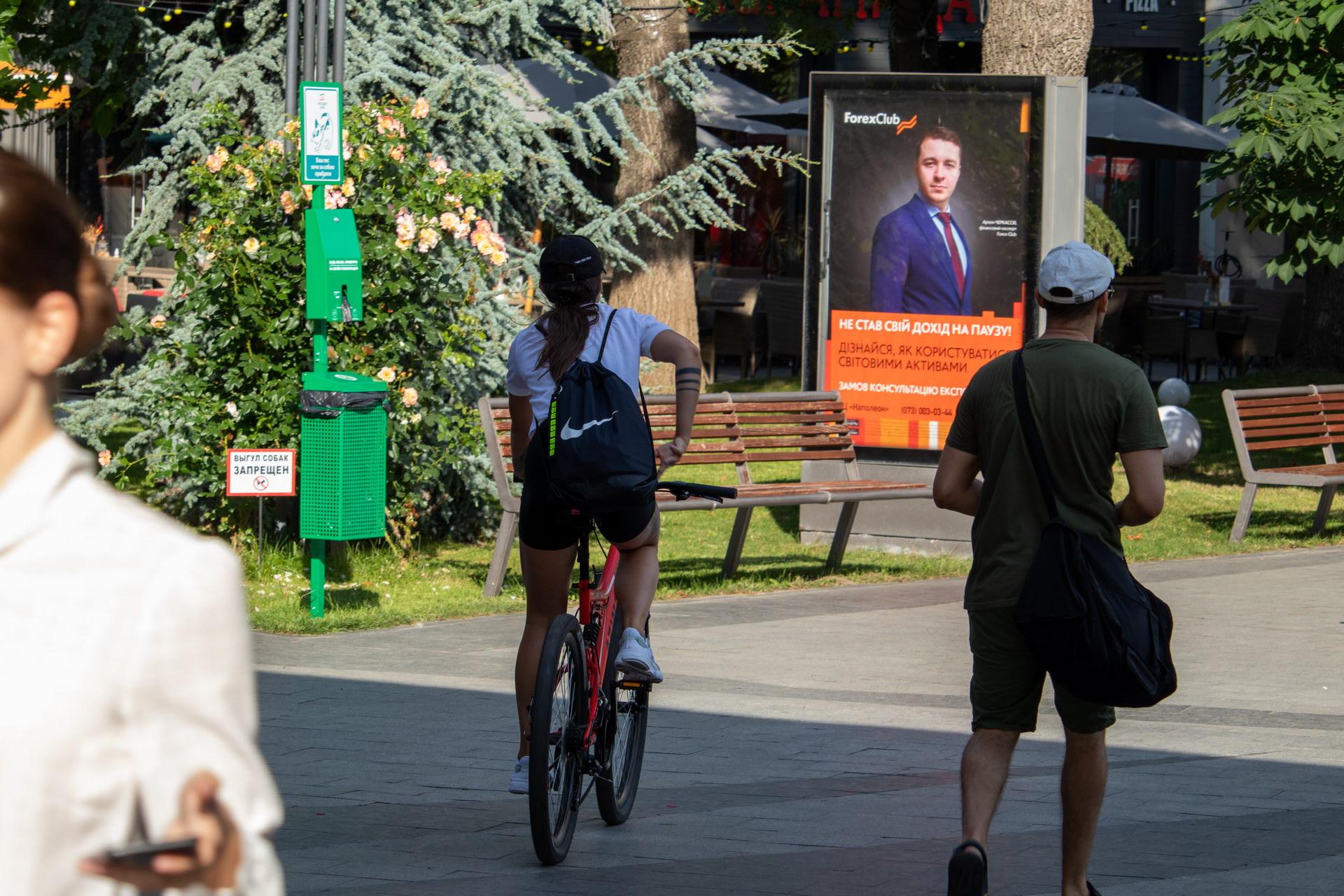 Тату три полоски на руке девушки на велосипеде - street tattoo № 07 – 24.06.2020 – tatufoto.com 4