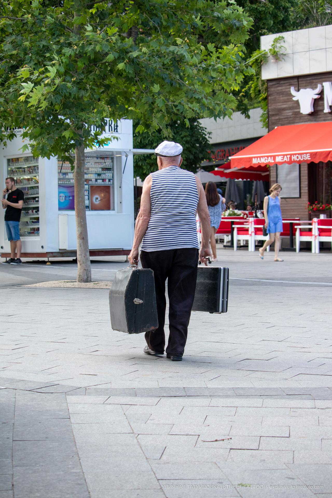 Фото ветерана который играет на улице на баяне – Уличная татуировка (street tattoo) № 06 – 18.06.2020 – tatufoto.com 1