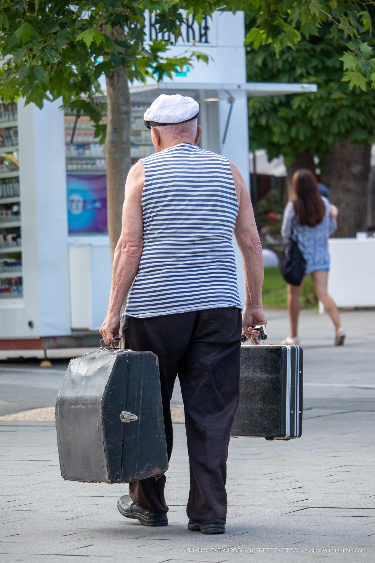 Фото ветерана который играет на улице на баяне – Уличная татуировка (street tattoo) № 06 – 18.06.2020 – tatufoto.com 3