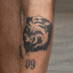 Фото неудачной тату с волком и цифрой 09 на ноге парня - Уличная татуировка (street tattoo) № 06 – 18.06.2020 – tatufoto.com 4