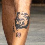 Фото неудачной тату с волком и цифрой 09 на ноге парня - Уличная татуировка (street tattoo) № 06 – 18.06.2020 – tatufoto.com 6
