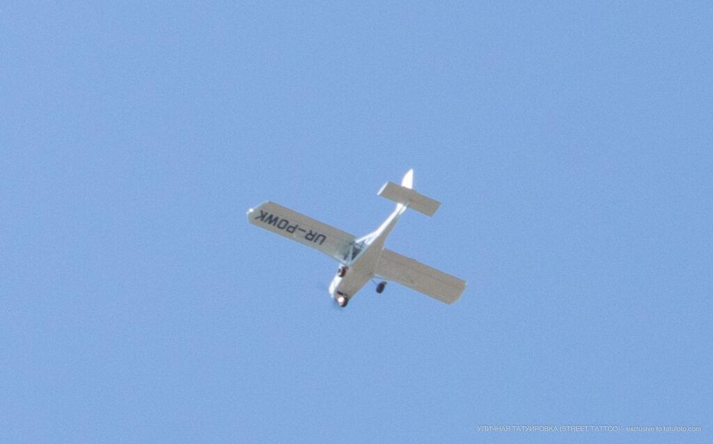 Фото пролетающего над морем одномоторного самолета Уличная татуировка (Street tattoo) № 04 – 12.06.2020 для tatufoto.com 2
