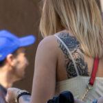 Фото тату на левой лопатке девушки с цветами и узором – Уличная татуировка (Street tattoo) № 04 – 12.06.2020 для tatufoto.com 4