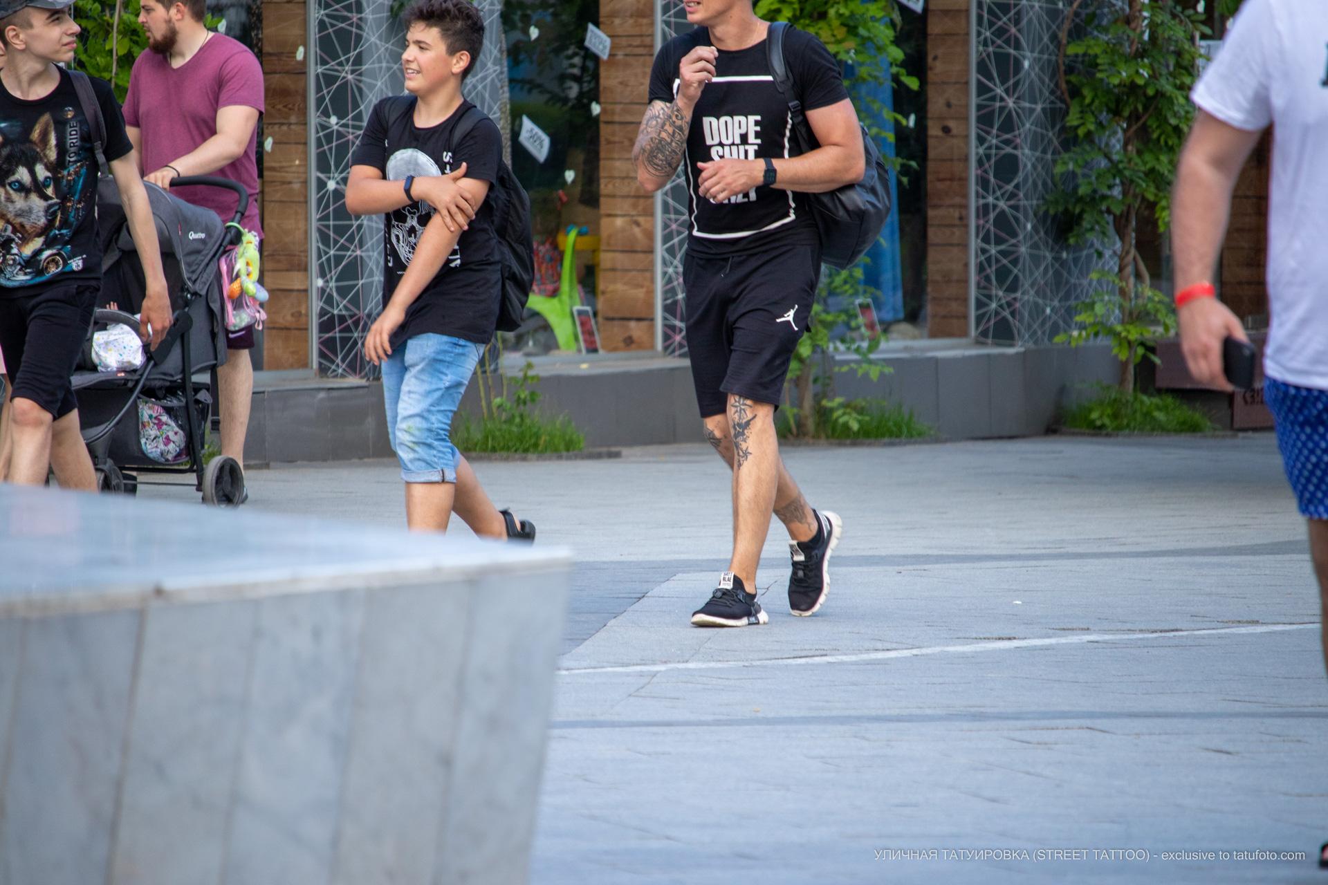 Фото тату со звездами на коленях у молодого парня – Уличная татуировка (street tattoo) № 06 – 18.06.2020 – tatufoto.com