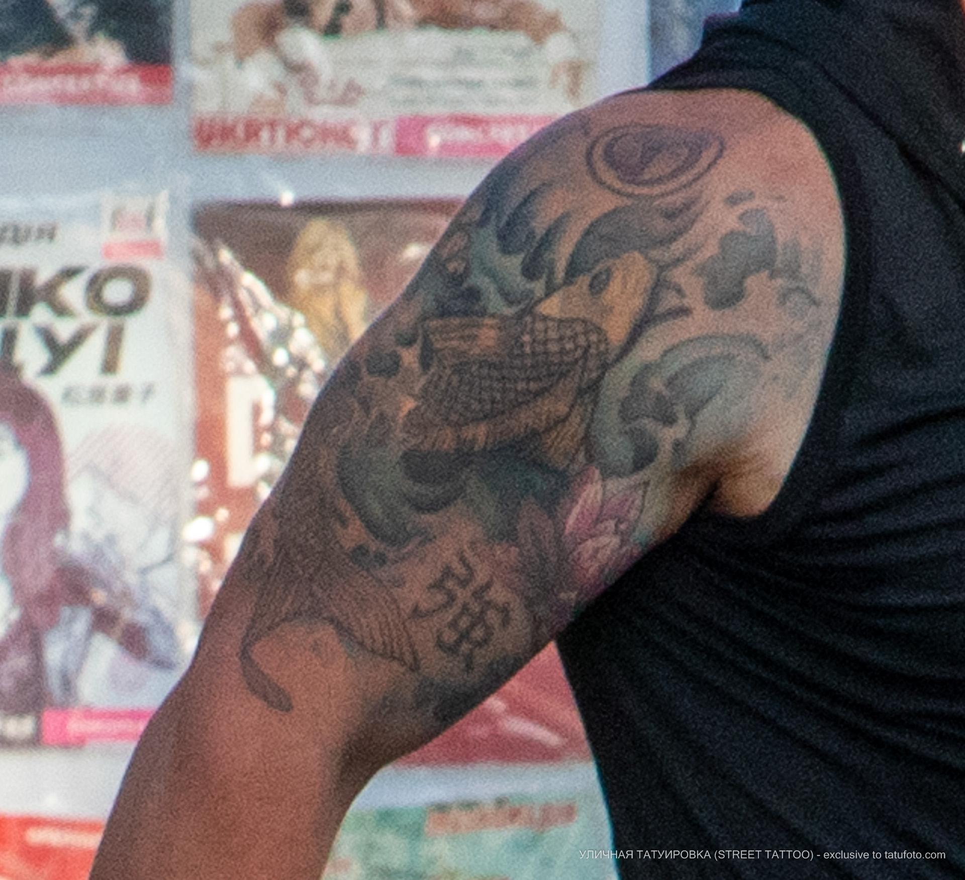 Фото тату с карпом в воде на плече мужчины – Уличная татуировка (street tattoo) № 06 – 18.06.2020 – tatufoto.com 10