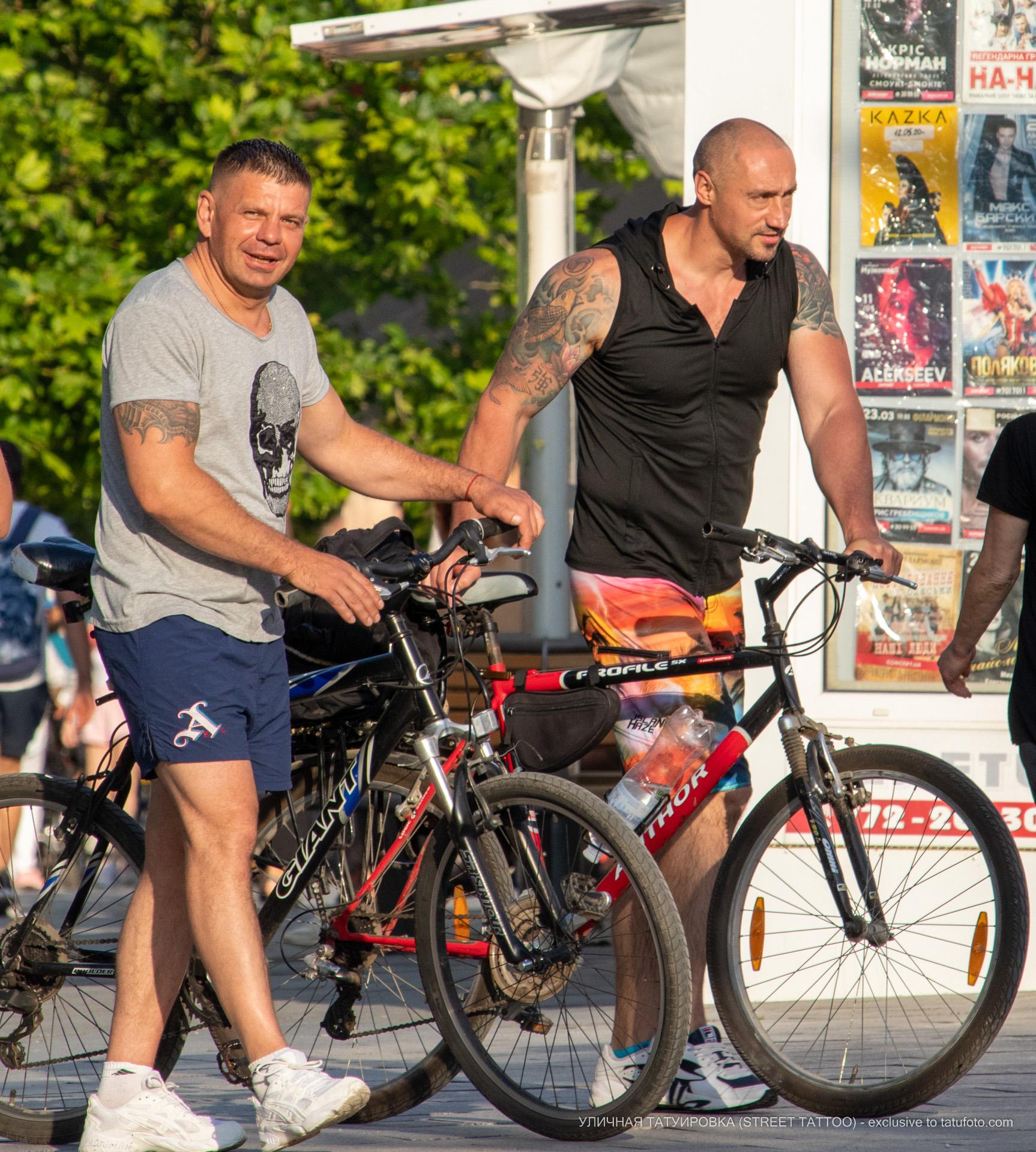 Фото тату с карпом в воде на плече мужчины – Уличная татуировка (street tattoo) № 06 – 18.06.2020 – tatufoto.com 7