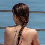 Фото тату с крестом в середине спины девушки – Уличная татуировка (Street tattoo) № 04 – 12.06.2020 для tatufoto.com 2
